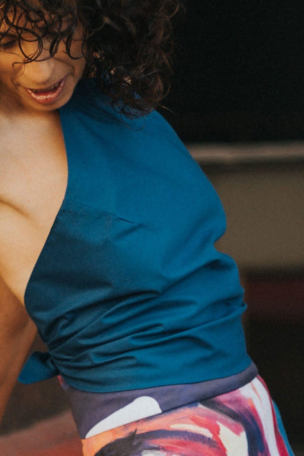 Maldita-Maria-moda-sosteble-cuerpo-triangulo-azul-delante
