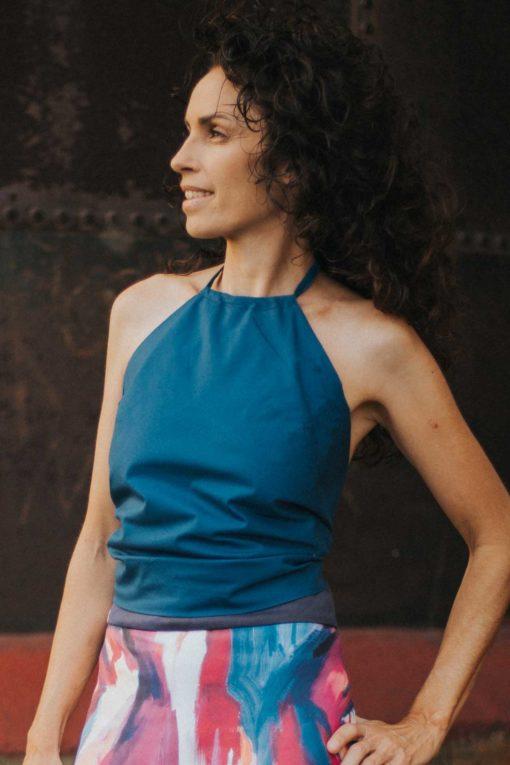 Maldita-Maria-moda-sosteble-cuerpo-triangulo-azul-entero