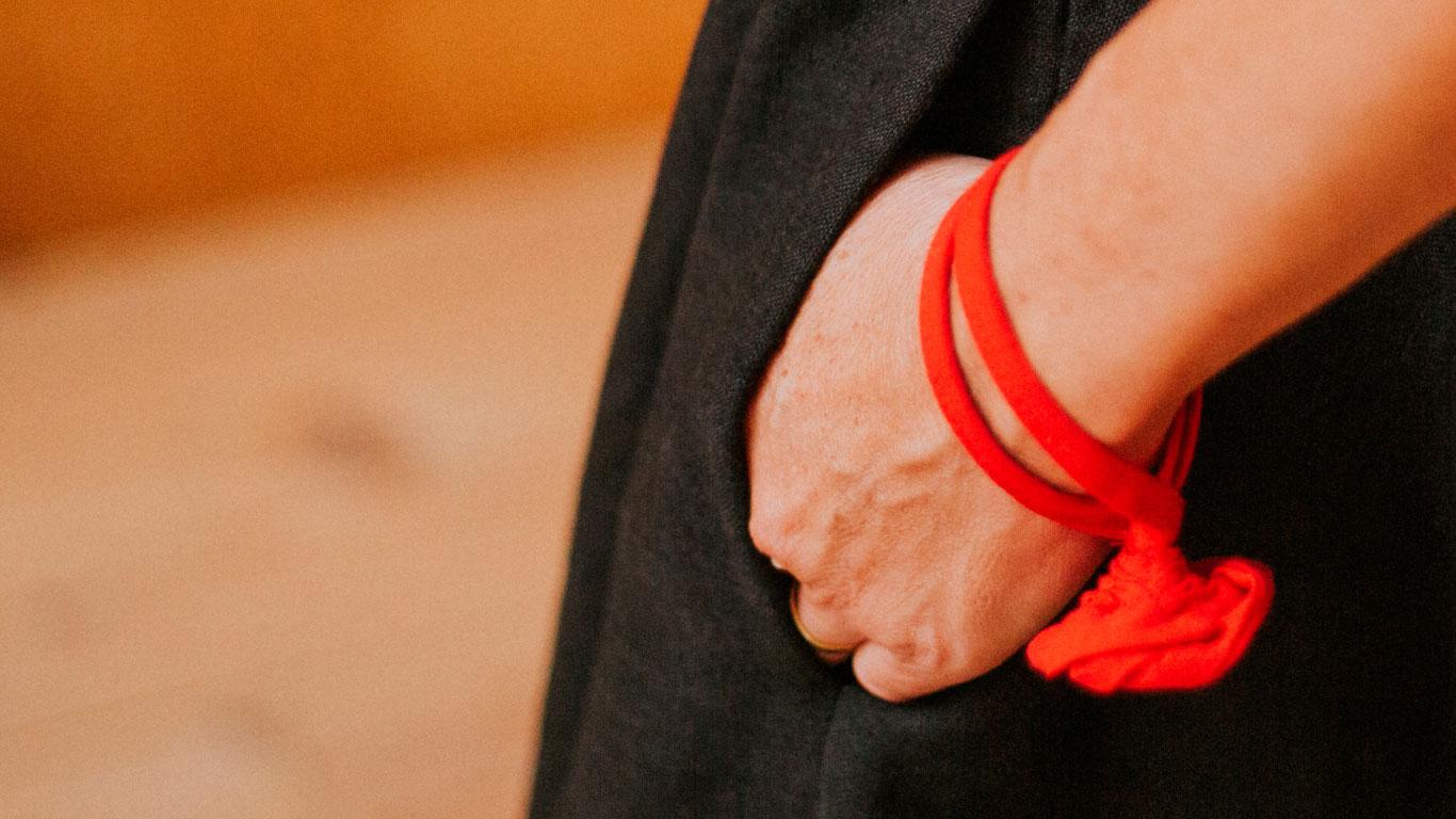 Rojo en una pulsera Maldita María faldas